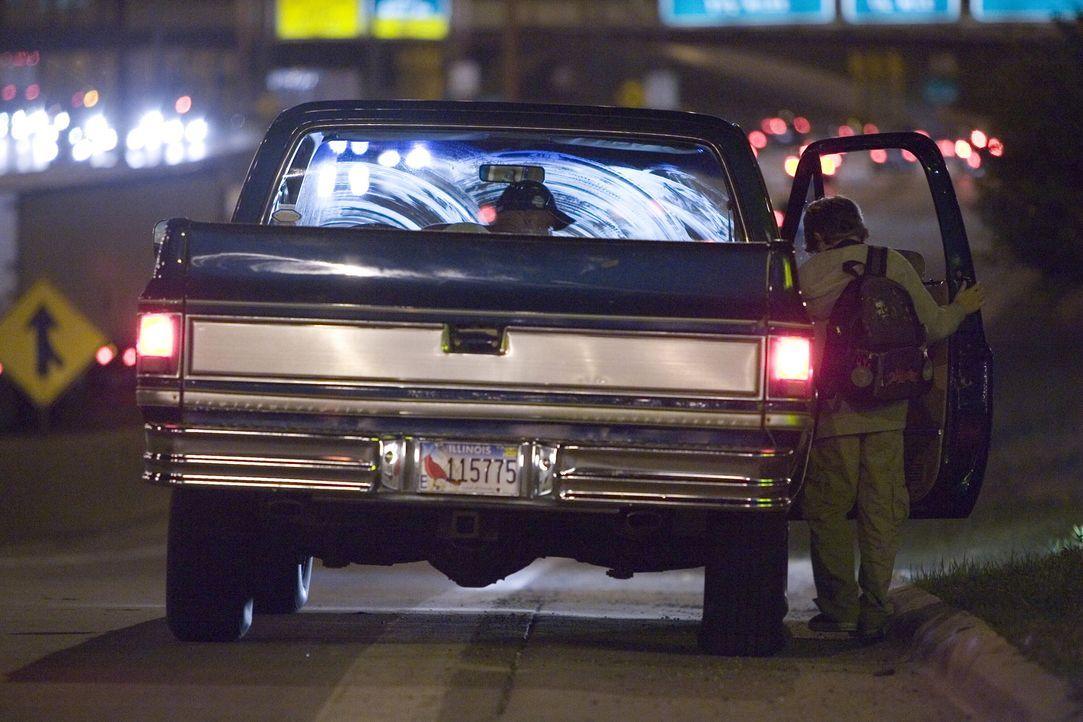 Begeht Alex (Oliver Davis, r.) einen Fehler als er in der Jeep einsteigt, um seinen Dad zu finden? - Bildquelle: Warner Bros. Television