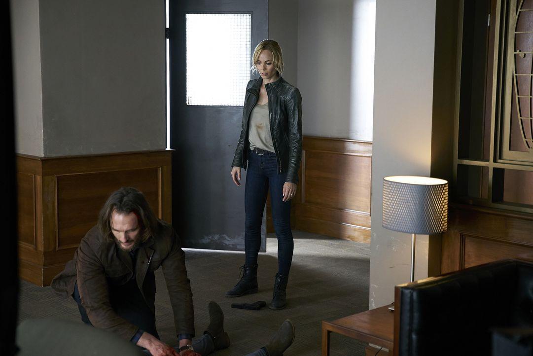 Als die Verhandlungen mit Roman außer Kontrolle geraten, müssen Jeremy (Greg Bryk, l.) und Elena (Laura Vandervoort, r.) schnell handeln ... - Bildquelle: 2016 She-Wolf Season 3 Productions Inc.