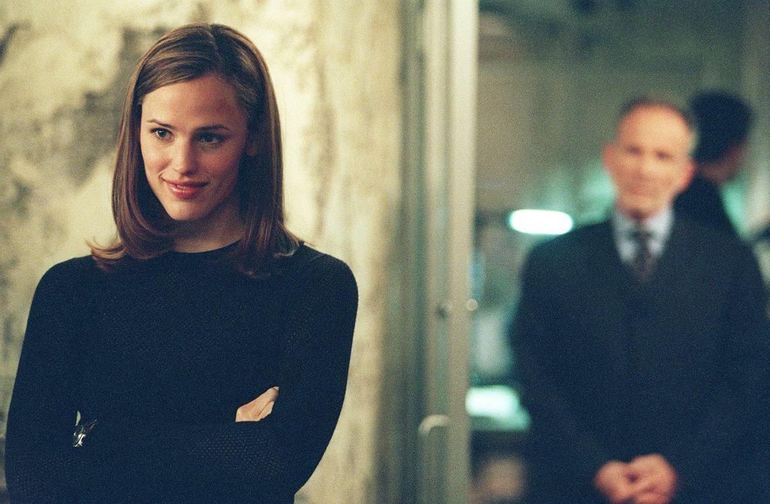 In Los Angeles erhält Sydney (Jennifer Garner, l.) von Sloane (Ron Rifkin, r.) den Auftrag, nach Madrid zu reisen. Dort soll sie einen Koffer stehl... - Bildquelle: Touchstone Television