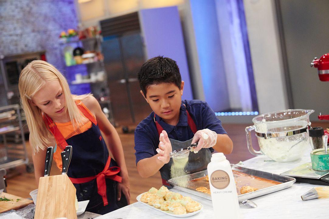 Die beiden jungen Backkünstler Annika (l.) und Jackson (r.) geben ihr Besten, als es heißt, sie sollen schmackhafte, gefüllte Windbeutel zaubern. Ab... - Bildquelle: Eddy Chen 2014, Television Food Network, G.P. All Righhts Reserevred