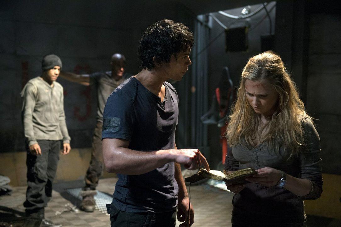 Werden Bellamy (Bob Morley, l.) und Clarke (Eliza Taylor, r.) ihr Ziel wirklich mit Folter erreichen? - Bildquelle: Warner Brothers