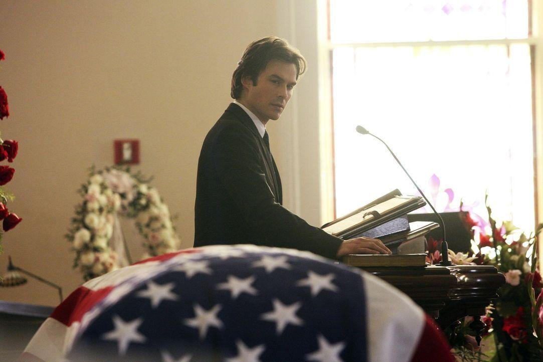 Damon (Ian Somerhalder) versucht, die perfekte Trauerrede für Sheriff Forbes zu halten und erinnert sich bei der Vorbereitung an die Beerdigung sein... - Bildquelle: Warner Bros. Entertainment, Inc