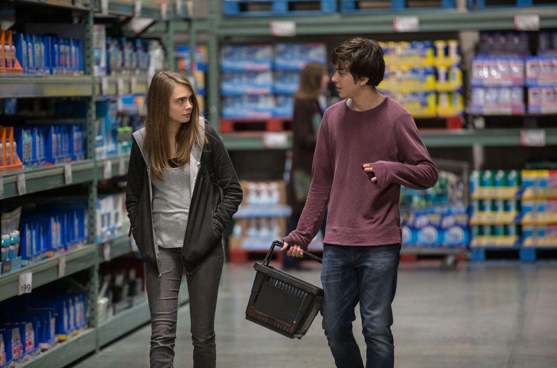 Egal, was man mit Margo (Cara Delevigne, l.) tut, es wird ein einziges Abenteuer. Als Quentin (Nat Wolff, r.) nachts mit ihr unterwegs ist, hilft er... - Bildquelle: 2015 Twentieth Century Fox Film Corporation. All rights reserved.