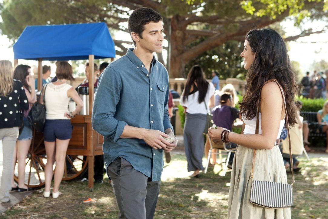 Jeremy (Matt Cohen, l.) weiß genau, wie er Annie (Shenae Grimes, r.) beeindrucken kann. - Bildquelle: TM &   2011 CBS Studios Inc. All Rights Reserved.