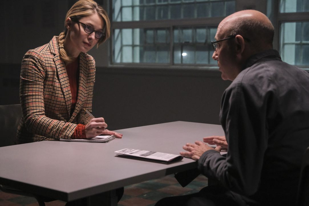 Karal (Melissa Benoist, l.); Steve Lomeli (Willie Garson, r.) - Bildquelle: Bettina Strauss 2018 The CW Network, LLC. All Rights Reserved.