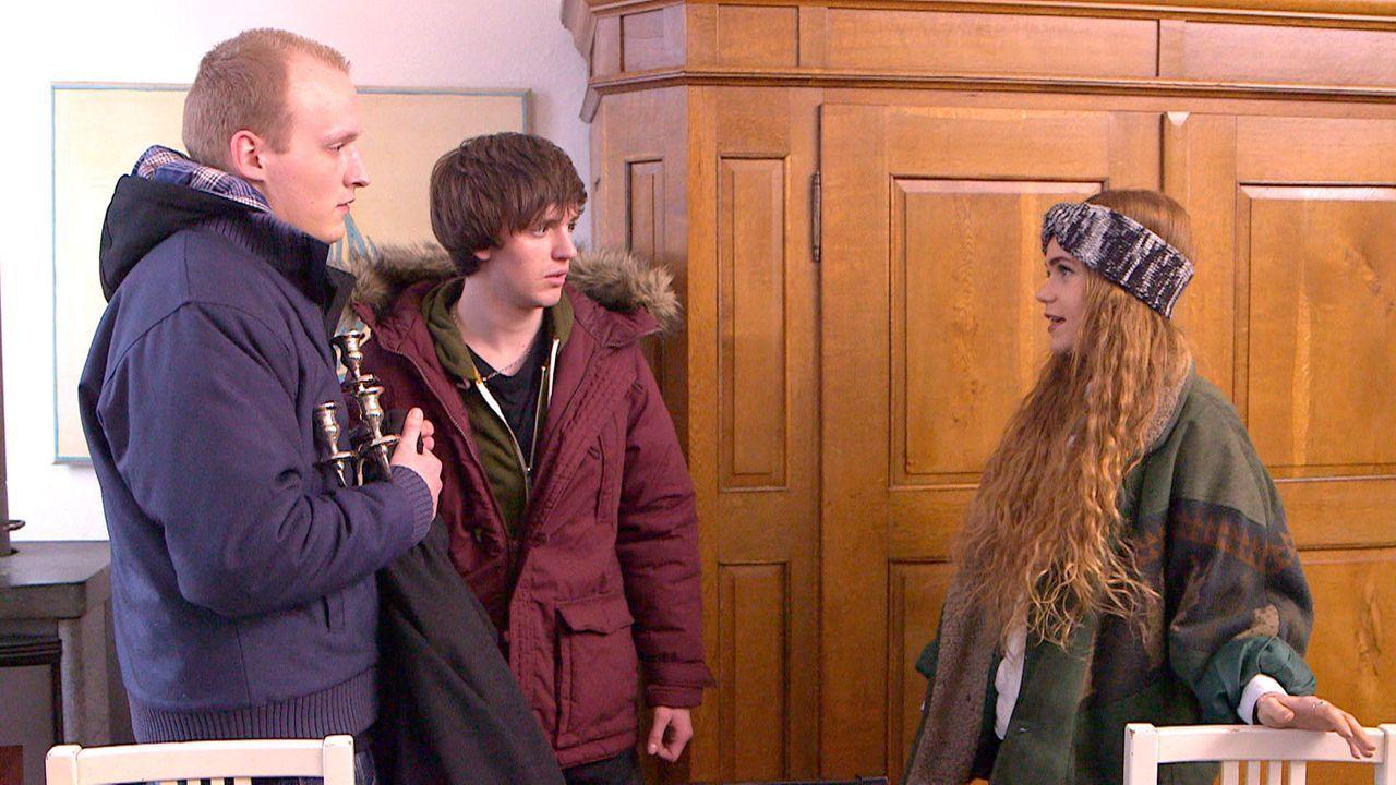 Während Jeremy (l.) und Rudi (M.) von Mia (r.) ausgetrickst werden, erfährt Louisa die Wahrheit über die Trennung ihrer Eltern ... - Bildquelle: SAT.1