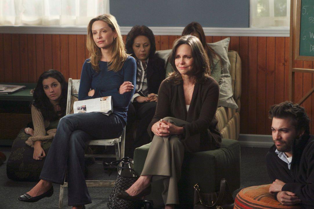 Kitty (Calista Flockhart, 2.v.l.) und Nora (Sally Filed, 2.v.r.) sind gerührt, als sie an den Gruppensitzungen von Justin teilnehmen ... - Bildquelle: Disney - ABC International Television