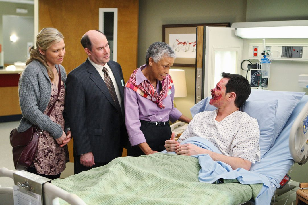 Dave (Larry Sullivan, r.) steht kurz vor seiner komplizierten Gesichtstransplantation. Milo (Candace Brown, l.), Dexter (Michael Merton, 2.v.l.) und... - Bildquelle: Touchstone Television