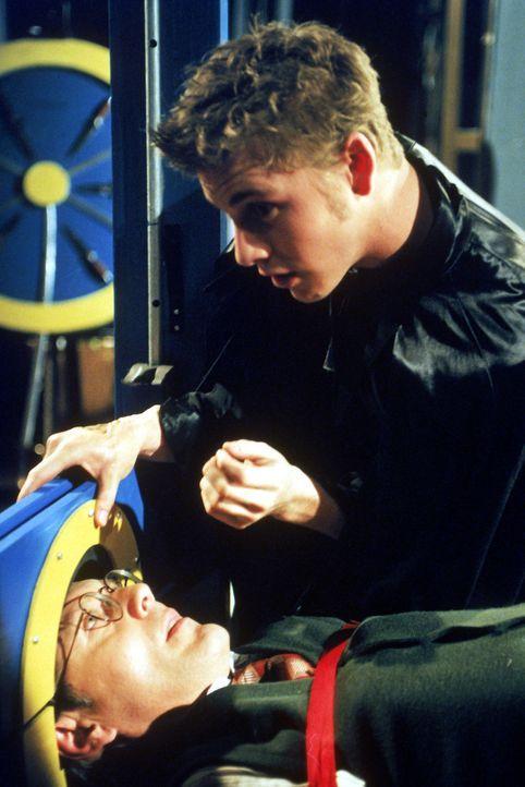 Der Schüler Marc (Burke Roberts, r.) ist nicht das, was er zu sein scheint. Hinter seinem menschlichen Äußeren verbirgt sich ein Dämon, der es auf d... - Bildquelle: TM +   2000 Twentieth Century Fox Film Corporation. All Rights Reserved.