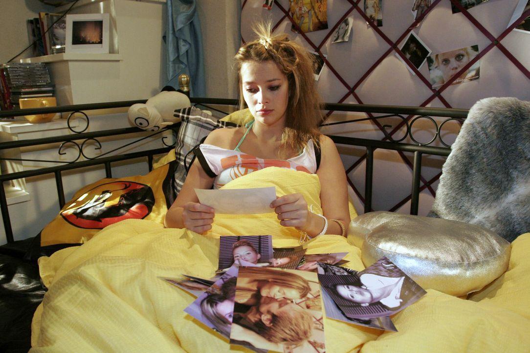 Hannah (Laura Osswald) betrachtet verzweifelt Fotos ihrer gescheiterten Liebe zu Marc. - Bildquelle: Noreen Flynn SAT.1 / Noreen Flynn
