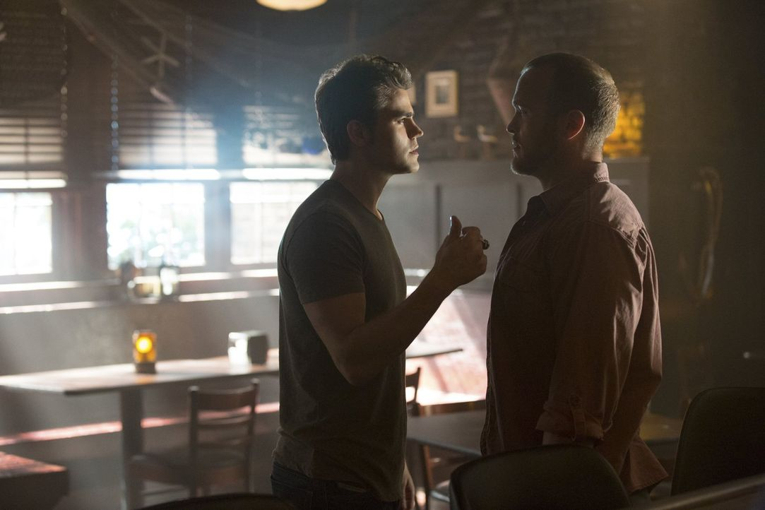 Warum lässt sich Stefan (Paul Wesley, l.) auf eine Schlägerei mit Chuck (Christopher Johnson, r.) ein? - Bildquelle: Warner Bros. Entertainment, Inc