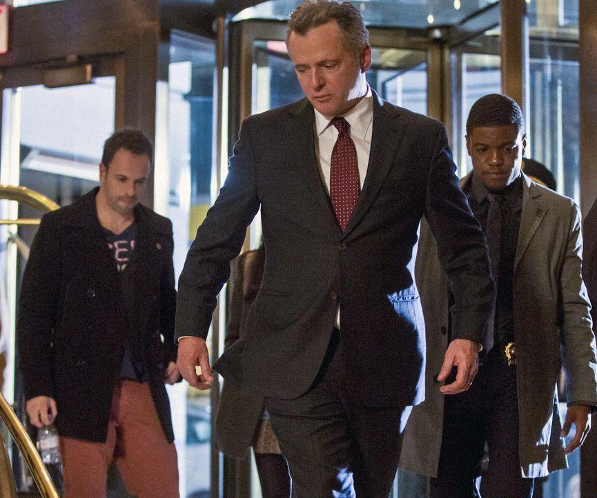 Müssen einen neuen Mordfall lösen: Sherlock Holmes (Jonny Lee Miller, l.), Gregson (Aidan Quinn, M.) und Marcus (Jon Michael Hill, r.) ... - Bildquelle: Tom Concordia CBS Television / Tom Concordia