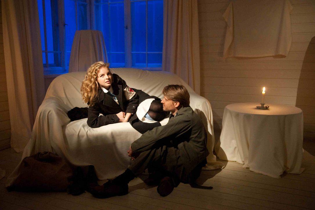Wider Erwarten gelingt es Ellen (Yvonne Catterfeld, l.) in den letzten Monaten des Krieges, bis nach Norwegen durchzukommen. In einem leerstehenden... - Bildquelle: Nicolas Maack SAT.1