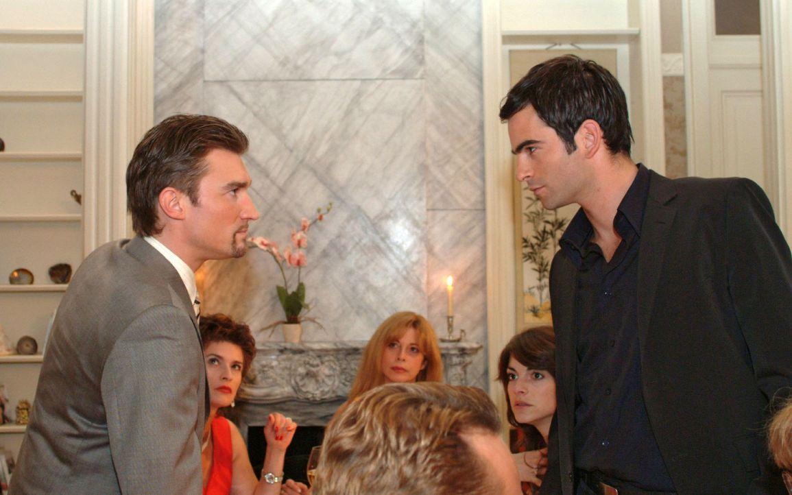 Als Richard (Karim Köster, l.) und David (Mathis Künzler, r.) streiten, scheint das Fest zu scheitern. - Bildquelle: Noreen Flynn Sat.1