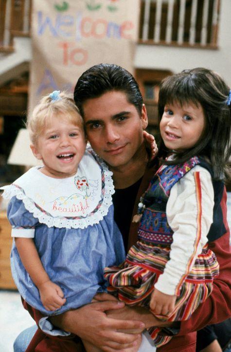 Schnell wird Jesse (John Stamos, M.) klar, dass nicht nur Michelle (Ashley Olsen, l.) und Melina (Mary-Kate Olsen, r.) von dem unerwarteten Besuch b... - Bildquelle: Warner Brothers Inc.
