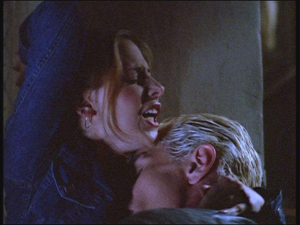 Es kommt zu einer heftigen Schlägerei zwischen Spike (James Marsters, r.) und Buffy (Sarah Michelle Gellar, l.), die in einer leidenschaftlichen Uma... - Bildquelle: TM +   Twentieth Century Fox Film Corporation. All Rights Reserved.