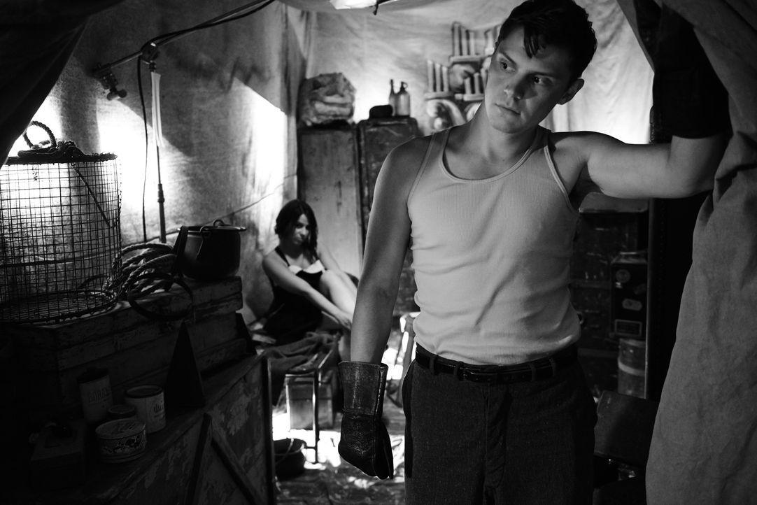 (4. Staffel) - Die Freak Show ist für Jimmy Darling (Evan Peters, r.) sein Zuhause, doch eigentlich verabscheut er es, von den anderen Menschen nur... - Bildquelle: 2014, FX Network. All rights reserved.