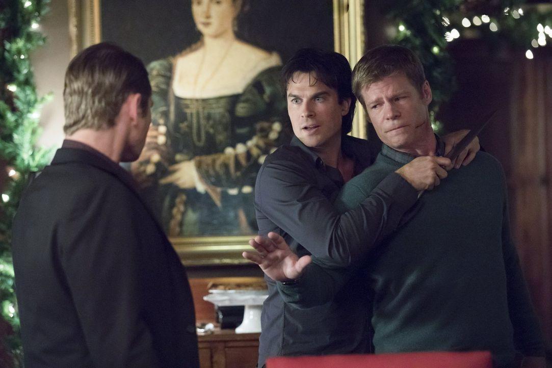 Bereits am Weihnachtsabend will Damon (Ian Somerhalder, M.) sein erstes Opfer direkt in die Hölle schicken, doch wird er wirklich Peter (Joel Gretsc... - Bildquelle: Warner Bros. Entertainment, Inc.