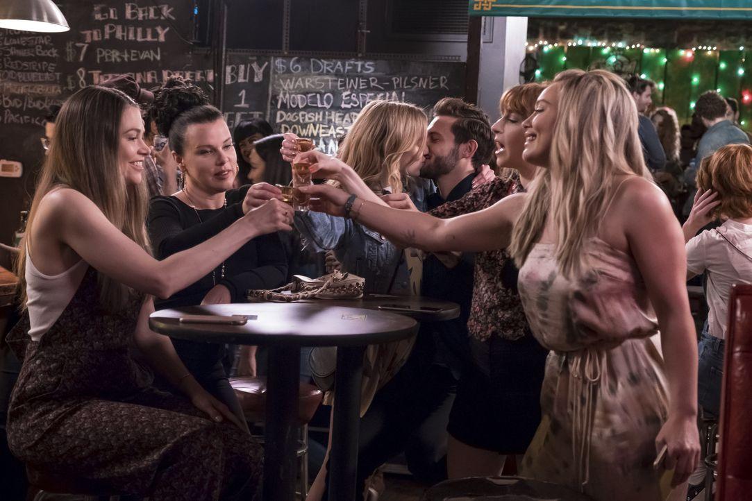 (v.l.n.r.) Liza (Sutton Foster); Maggie (Debi Mazar); Clare (Phoebe Dynevor); Josh (Nico Tortorella); Lauren (Molly Bernard); Kelsey (Hilary Duff) - Bildquelle: Hudson Street Productions Inc 2017