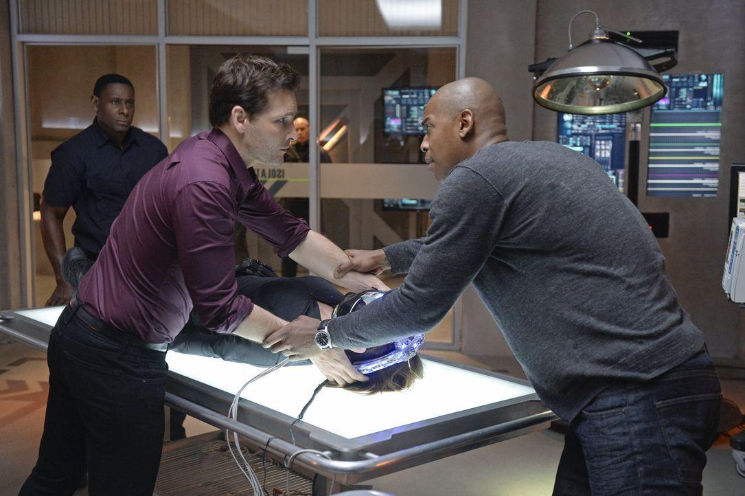 Maxwell Lord (Peter Facinelli, l.) steht unter Verdacht, Kara in ein Koma versetzt zu haben. James (Mehcad Brooks, r.) und das Team Supergirl müssen... - Bildquelle: 2015 Warner Bros. Entertainment, Inc.