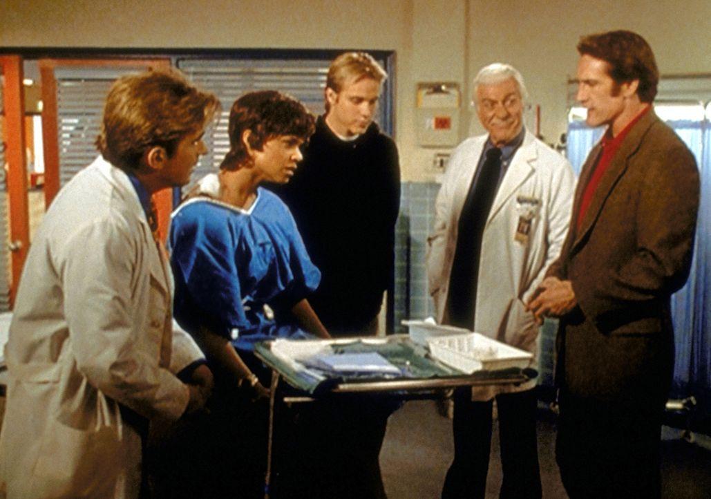 Amanda (Victoria Rowell, 2.v.l.) erklärt Jessie (Charlie Schlatter, l.), Tommy (Carey Van Dyke, M.), Mark (Dick Van Dyke, 2.v.r.) und Steve (Barry V... - Bildquelle: Viacom