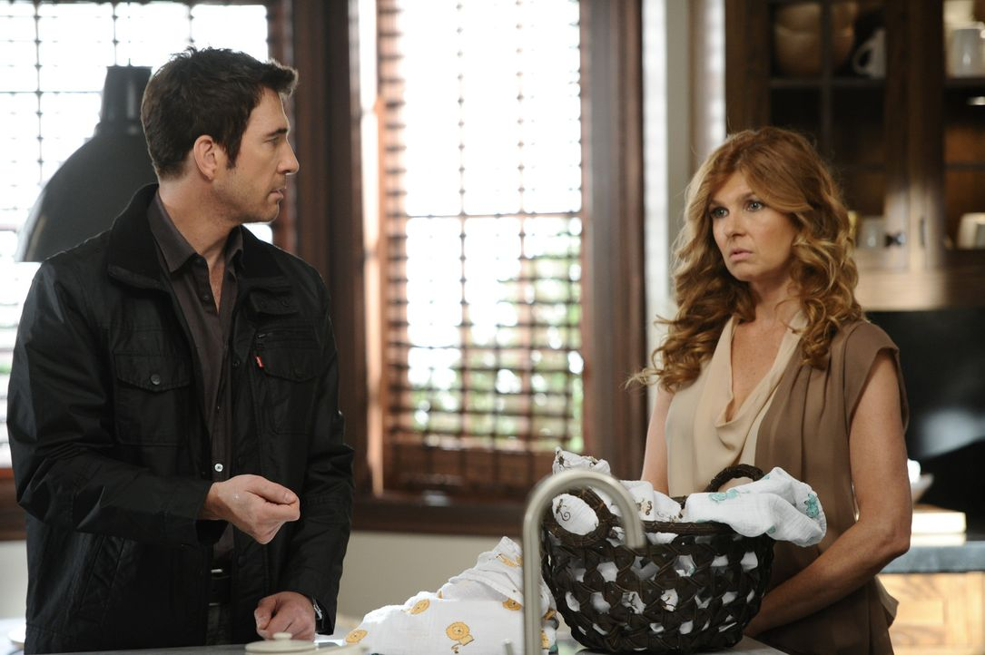 Viviens (Connie Britton, r.) Geist beobachtet Ben (Dylan McDermott, l.), wie liebevoll er sich um das Baby kümmert, was sie zutiefst rührt ... - Bildquelle: 2011 Twentieth Century Fox Film Corporation. All rights reserved.