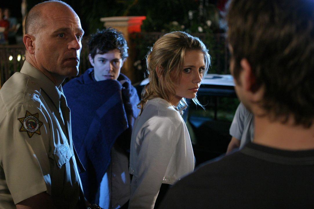 Als ein Mädchen - offenbar unter Drogeneinfluss - ohnmächtig im Pool treibt und Marissa den Notarzt rufen muss, taucht die Polizei auf und will Ma... - Bildquelle: Warner Bros. Television