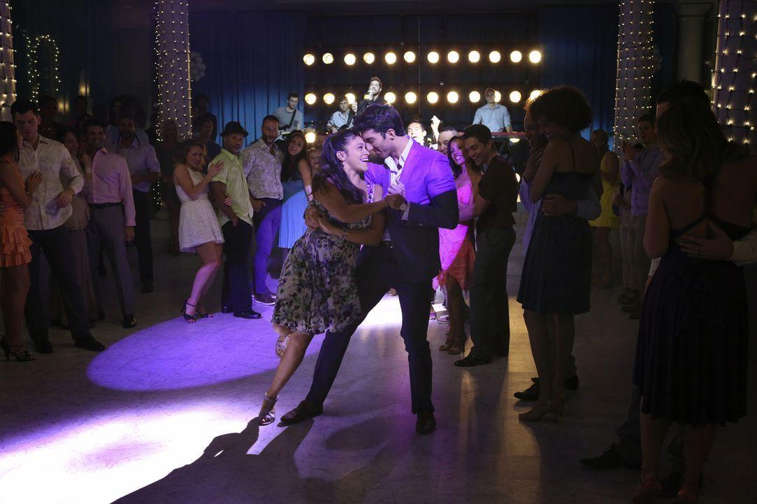 Wahr oder nur ein Traum? Rafael (Justin Baldoni, r.) und Jane (Gina Rodriguez, l.) ... - Bildquelle: 2014 The CW Network, LLC. All rights reserved.