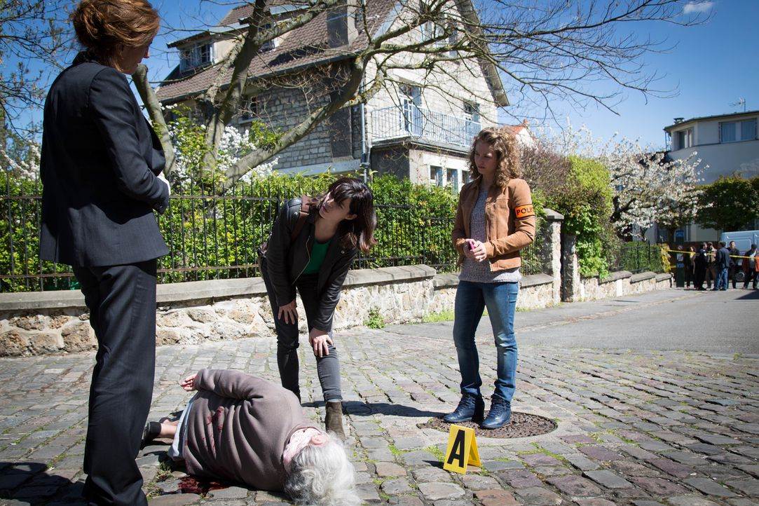 Der Doc (Valérie Dashwood, l.) wird zu einem Tatort gerufen, bei dem eine ältere Frau vergiftet, erstochen und überfahren aufgefunden wird. Adèle (J... - Bildquelle: Eloïse Legay 2016 BEAUBOURG AUDIOVISUEL