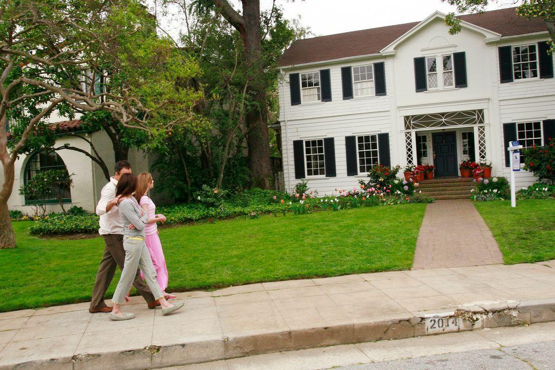 Karl (Richard Burgi, l.) zeigt Susan (Teri Hatcher, M.) und Julie (Andrea Bowen, r.) ihr neues Zuhause ... - Bildquelle: 2005 Touchstone Television  All Rights Reserved