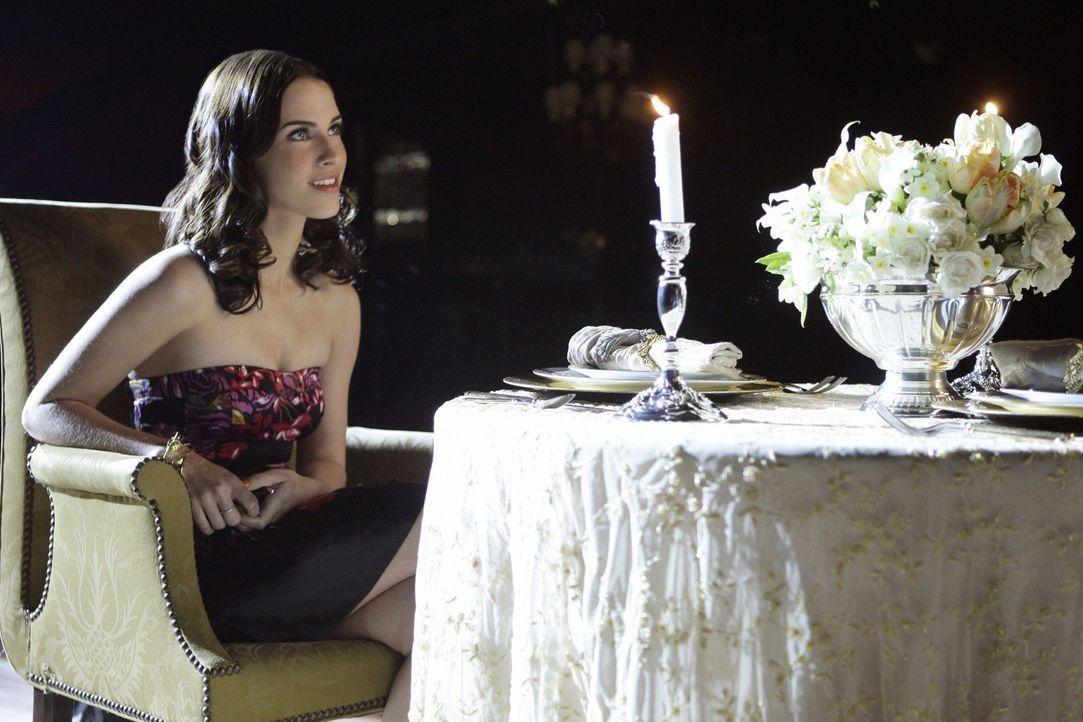 Javiers Charme scheint bei Adrianna (Jessica Lowndes) zu wirken - da hat Navid wohl schlechte Karten... - Bildquelle: TM &   CBS Studios Inc. All Rights Reserved
