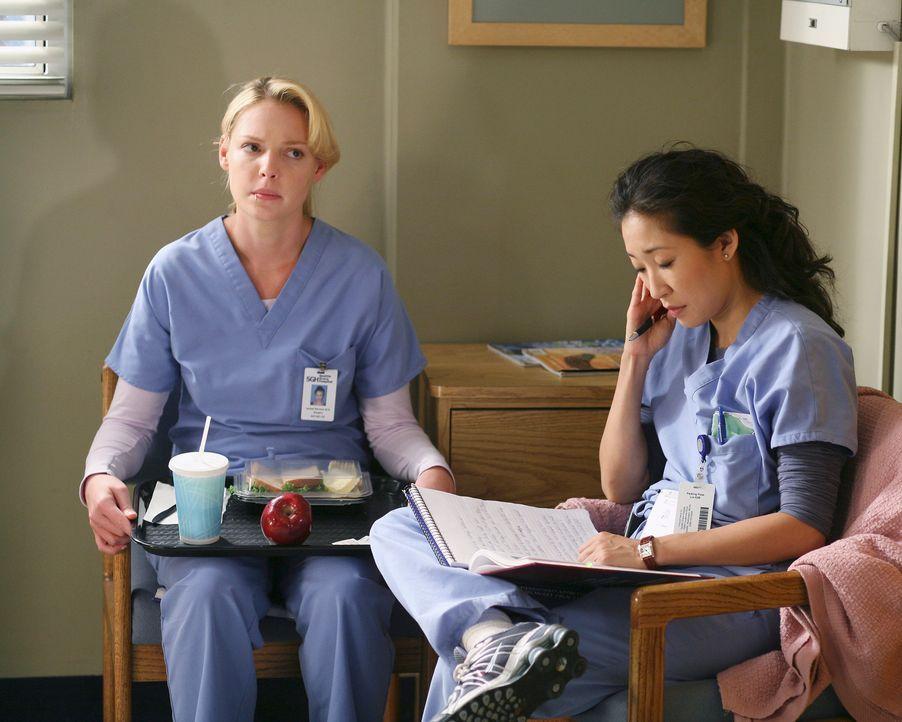 Während Cristina (Sandra Oh, r.) voller Eifer Dr. Burkes Operationsplan managt, hat Izzie (Katherine Heigl, r.) etwas Bammel vor ihrem ersten Arbeit... - Bildquelle: Touchstone Television