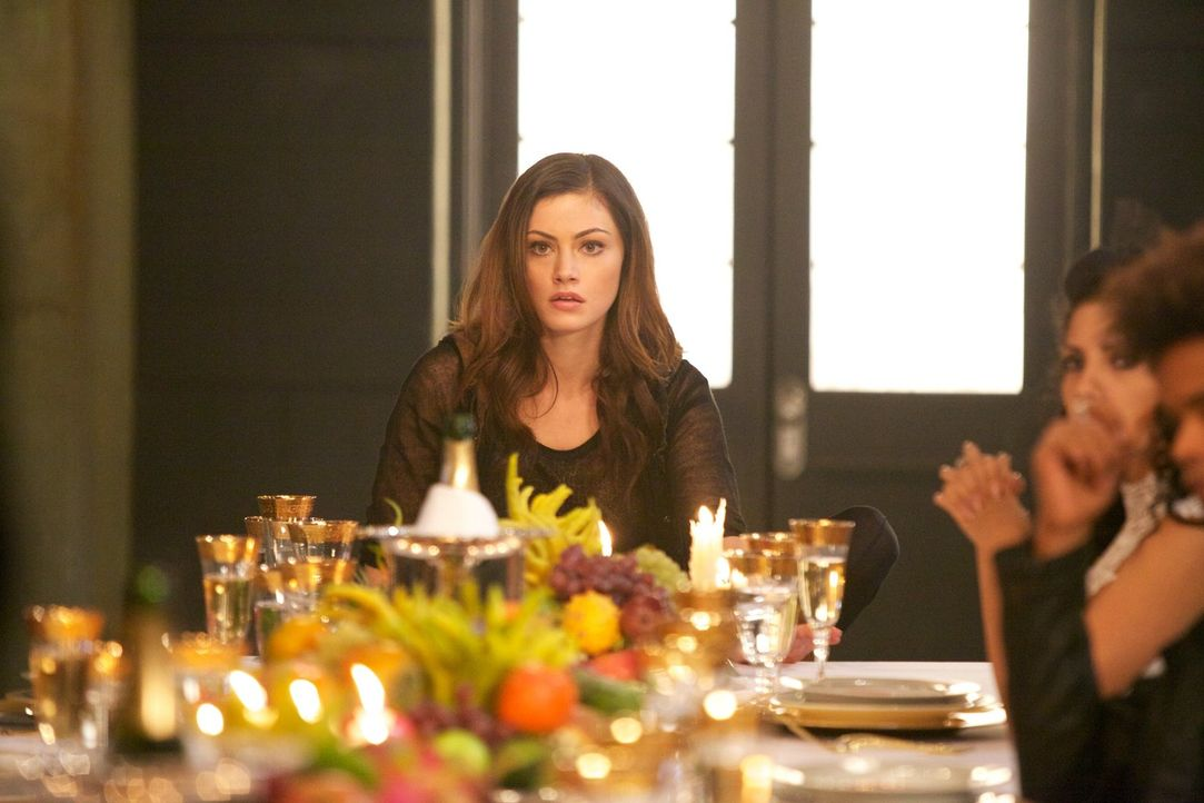 Obwohl Hayley (Phoebe Tonkin) glaubt, das Schlimmste erlebt zu haben, ist sie geschockt von Klaus' Vorschlag ... - Bildquelle: Warner Bros. Television