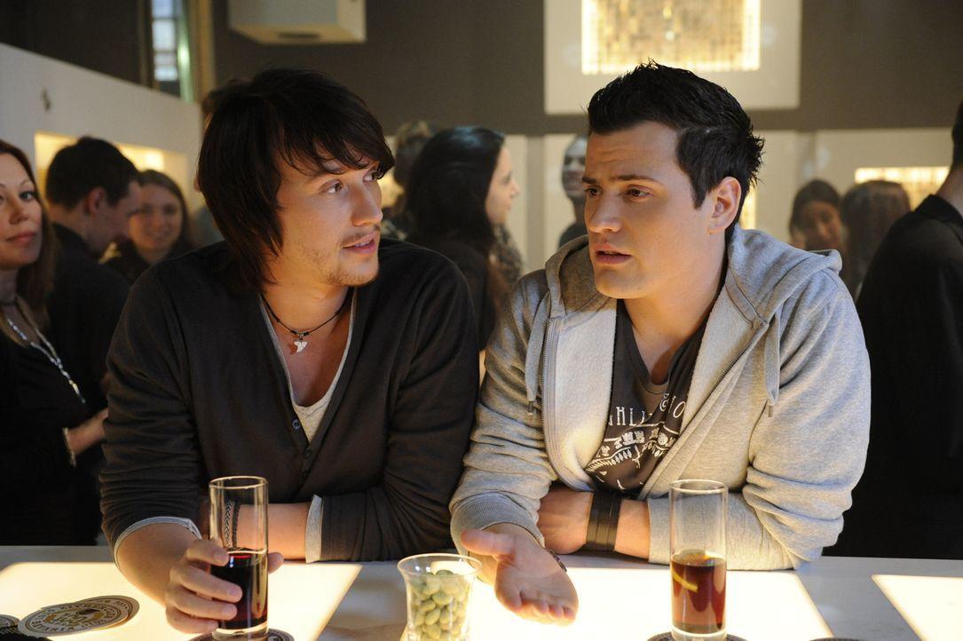 Timo (Rocco Stark, r.) erklärt Ben (Christopher Kohn, l.), dass er zu seinem Kind stehen will - und macht sich Sorgen gleichzeitig um Sophie ... - Bildquelle: SAT.1