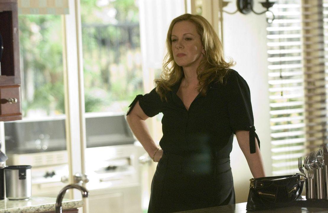 Celia (Elizabeth Perkins) hat herausgefunden, dass Silas die Kameras abgebaut hat und will sich an ihm rächen ... - Bildquelle: Lions Gate Television
