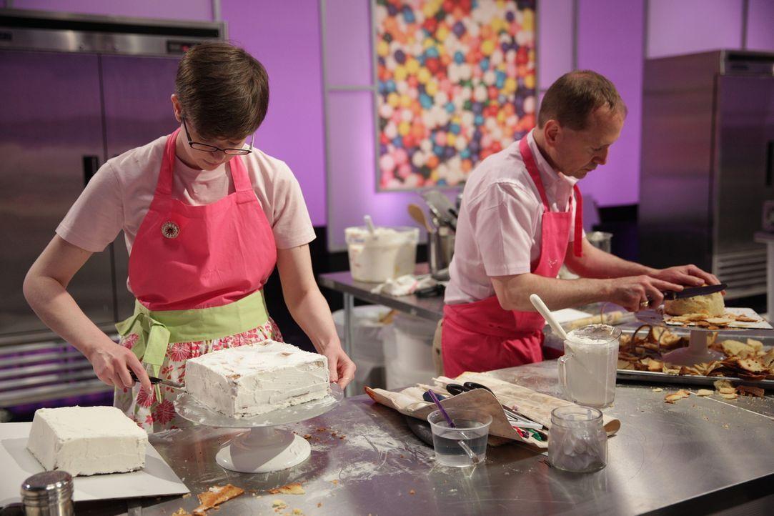 Assistentin Lauren Coffin (l.) legt sich mächtig ins Zeug, um die Wünsche von Bäcker Glenn Quirion (r.) zu erfüllen ... - Bildquelle: 2015, Television Food Network, G.P. All Rights Reserved