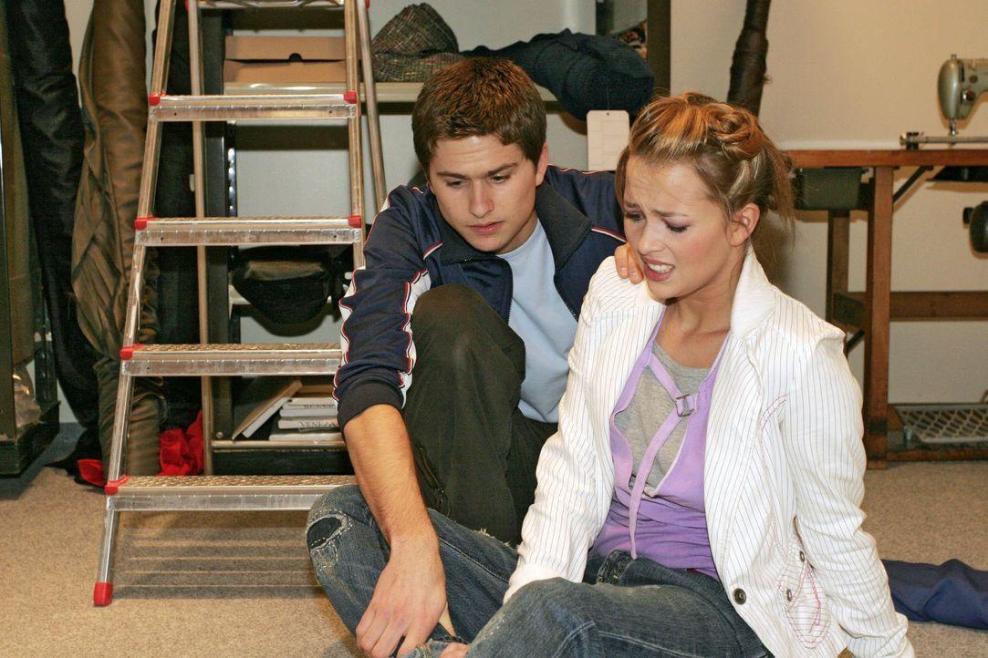 Als Hannah (Laura Osswald, r.) mit dem Fuß umknickt, will sie sich zunächst von Timo (Matthias Dietrich, l.) nicht helfen lassen, doch der Schmerz i... - Bildquelle: Noreen Flynn SAT.1 / Noreen Flynn