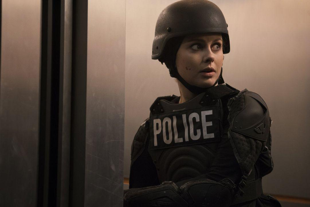 Eigentlich hatte Liv (Rose McIver) geplant, möglichst unauffällig die Zombies aus den geheimen Kellerlaboren zu befreien, doch dann gerät auf der Su... - Bildquelle: 2014 Warner Brothers
