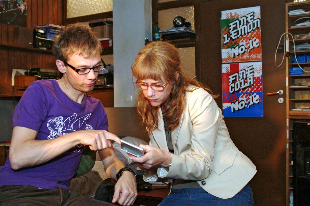 Lisa (Alexandra Neldel, r.) macht mit Jürgen (Oliver Bokern, l.) einen Kassensturz bei B.STYLE, um zu sehen, wie viel Kapital ihnen für weitere Pl... - Bildquelle: Sat.1
