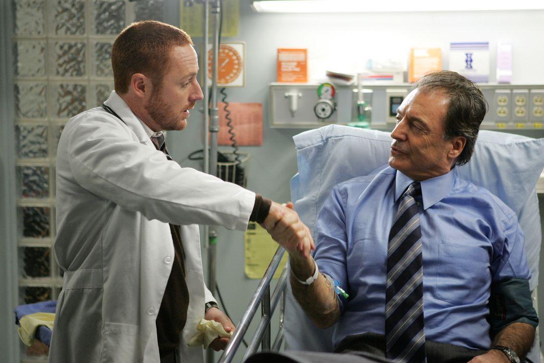 Kümmert sich um den wohlhabenden Richard Elliot (Armand Assante, r.): Dr. Morris (Scott Grimes, l.) ... - Bildquelle: Warner Bros. Television