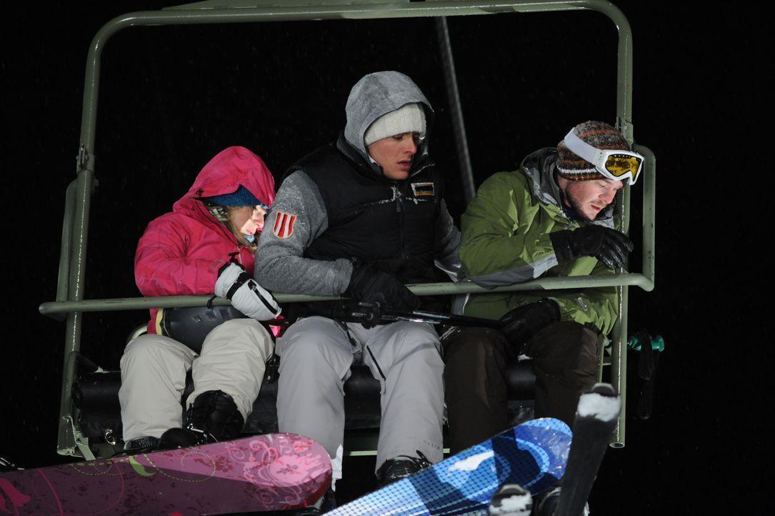 Als sie auf der letzten Fahrt im Skilift vergessen werden, beginnt für die Studenten Joe (Shawn Ashmore, r.), Dan (Kevin Zegers, M.) und Parker (Emm... - Bildquelle: Fred Hayes Frostbite Features, Inc. / Fred Hayes