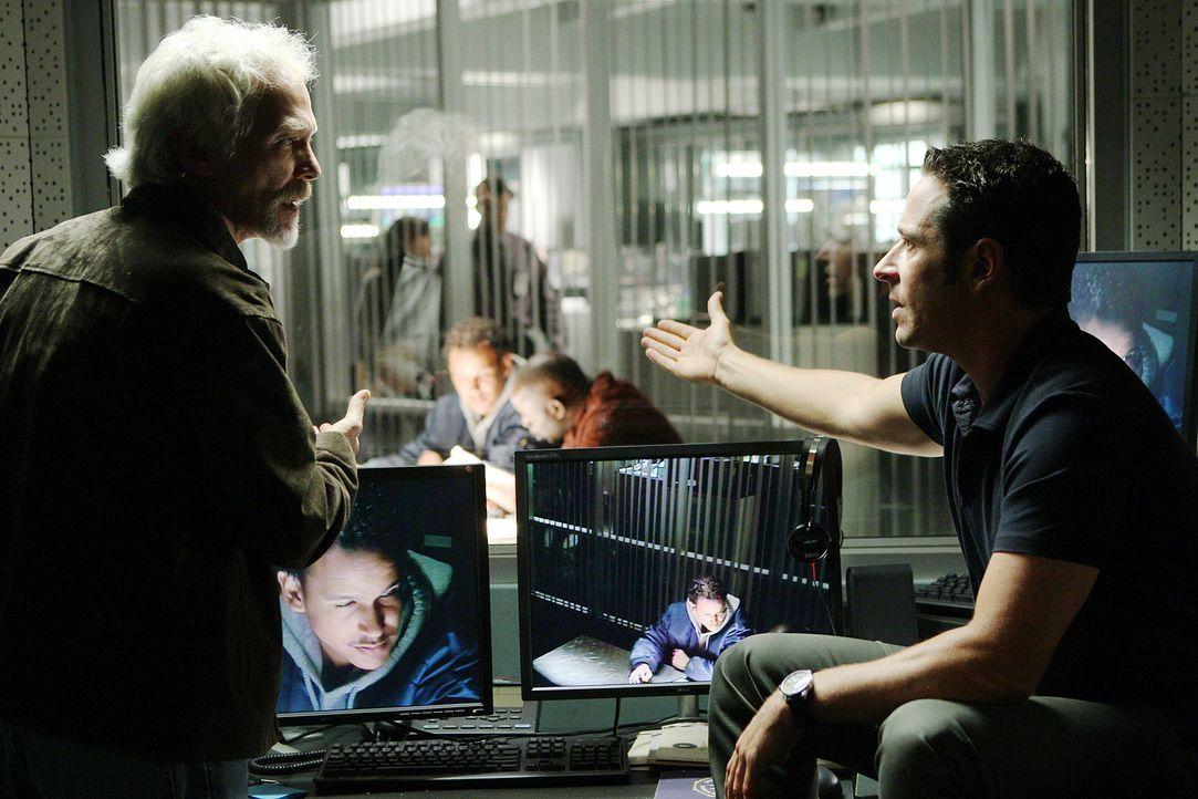 Arbeiten gemeinsam an einem neuen Fall: Don Eppes (Rob Morrow, r.) und Commander Chris Frederickson (James Morrison, l.) ... - Bildquelle: Paramount Network Television