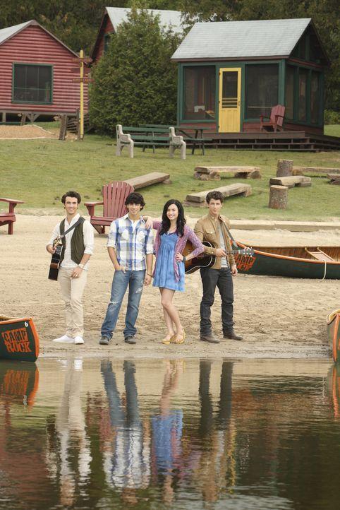 """Kaum im Musik-Camp """"Camp Rock"""" angekommen, müssen (v.l.n.r.) Jason (Kevin Jonas), Shane (Joe Jonas), Mitchie (Demi Lovato) und Nate (Nick Jonas) fes... - Bildquelle: Disney"""