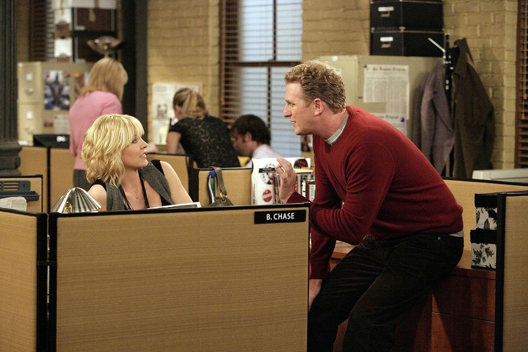 Billie (Jenna Elfman, l.) erhält von ihrem Ex-Freund und Vorgesetzten James den Auftrag, zusammen mit dem Redakteur Sully (Michael Rapaport, r.) di... - Bildquelle: 2009 CBS Broadcasting Inc. All Rights Reserved
