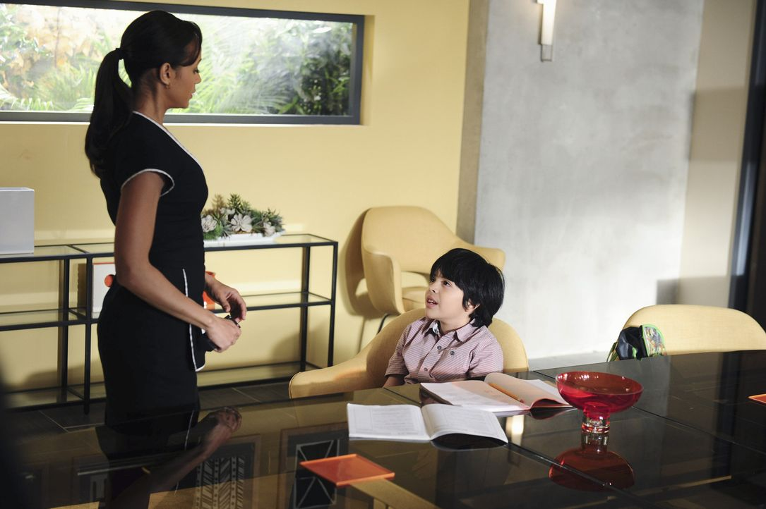 Als Rosie (Dania Ramirez, l.) von der Lehrerin ihres Sohnes in die Schule bestellt wird, wird ihr bewusst, dass sie an Miguels (Octavio Westwood, r.... - Bildquelle: 2014 ABC Studios