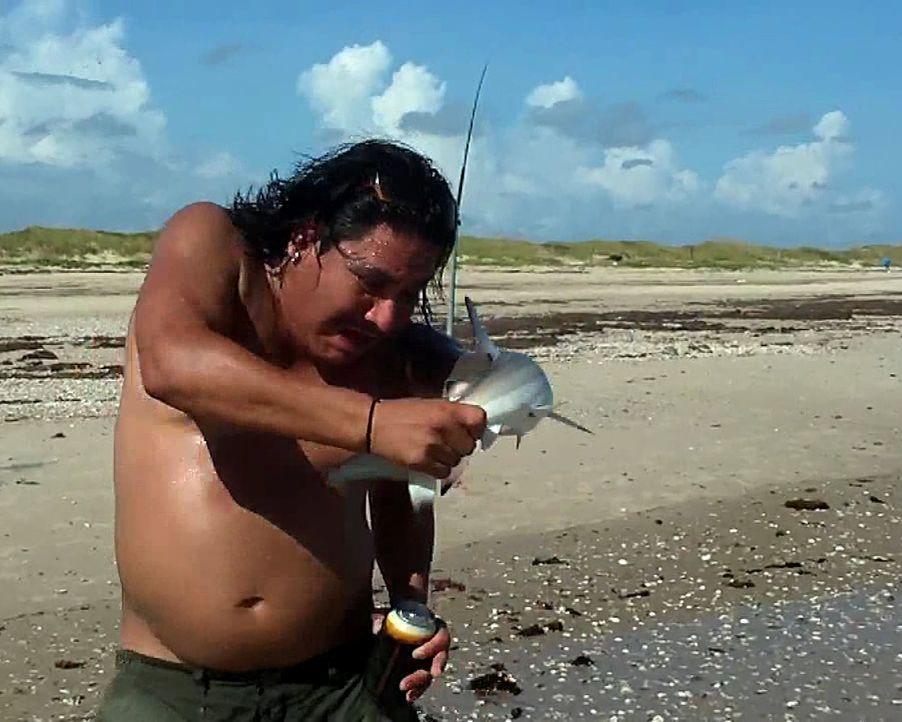 Autsch! Als ein Fischer für ein Foto mit einem Hai posiert, wird er von dem Baby-Hai plötzlich in seine Schulter gebissen. - Bildquelle: 2011, The Travel Channel. L.L.C. All Rights Reserved.
