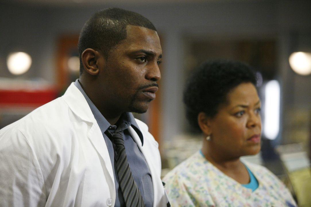 Haleh (Yvette Freeman, r.) und Pratt (Mekhi Phifer, l.) können nicht fassen, dass Weaver wirklich das Krankenhaus verlassen wird ... - Bildquelle: Warner Bros. Television