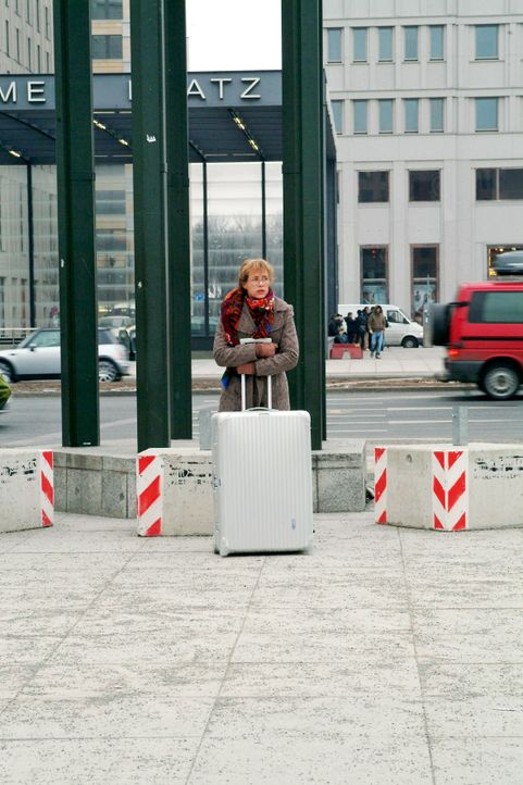 Lisa (Alexandra Neldel) hofft, dass die Lösegeldübergabe klappt. (Dieses Foto von Alexandra Neldel darf nur in Zusammenhang mit der Berichterstattun... - Bildquelle: Monika Schürle SAT.1 / Monika Schürle