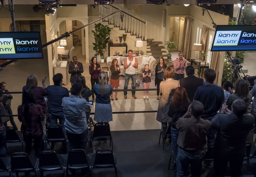 """Nach seinem impulsiven Ausstieg kehrt Kevin (Justin Hartley, M.) für den Dreh eines Specials zurück an den Set von """"The Manny"""". Er lädt zur Aufzeich... - Bildquelle: Ron Batzdorff 2017-2018 NBCUniversal Media, LLC.  All rights reserved."""