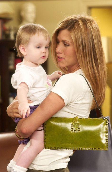 Rachel (Jennifer Aniston, r.) gesteht Emma (Darsteller unbekannt, l.) ihre Liebe zu Joey ... - Bildquelle: 2003 Warner Brothers International Television